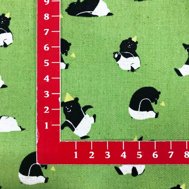 画像3: 【綿麻キャンバス】060122■約48cmハギレ とんがり帽子のクマ 緑地 Bitte Mitte
